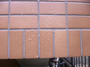 マイティエコH塗布後のタイルの撥水