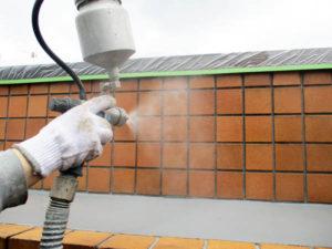 乾燥したタイルに水性防水剤Water Proof-Cを塗装