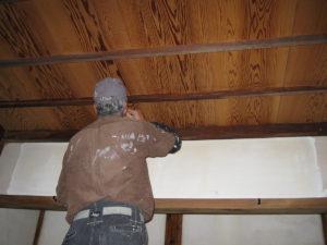 天井部の灰汁汚れをアク抜き用洗浄剤A3を丁寧に塗布しました。