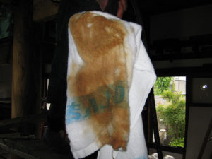 ウエスにはバキュームで吸い取った灰汁汚れが