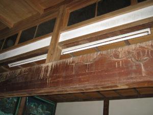 梁には灰汁が出て流れ落ちています。水洗いは出来ません。