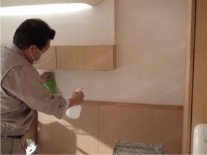 消毒剤で壁面を洗浄しました