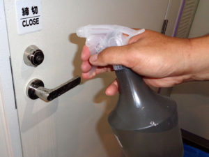 汚れの頻度が高いドアの取っ手には常時、C-bloock を塗布し、生活者が予防