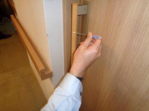 細菌測定 木部引き戸の取っ手を測定