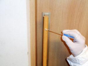 人が触れる頻度が高い木部ヒキドの取っ手の菌数測定