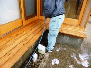カビ除去にあたり、水養生を行いました。