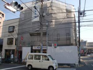 大田区の中低層の汚れたラスタータイル外壁のマンションの改修
