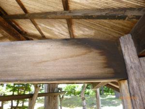 屋根裏のカビにカビ取り洗浄剤A2を塗布しました