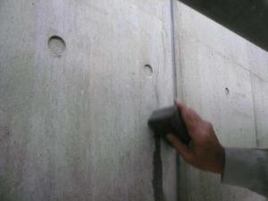 XP300塗布面に#100のペ-パで擦りコンクリート粉とXP300をクラック内部に