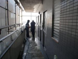 水洗い後にサッシのレールを拭取ります