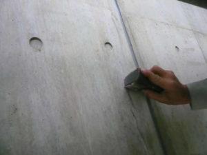 #100のペ-パで擦りコンクリート粉とXP300はクラック内部に入らなくなります