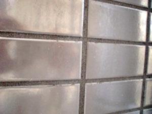 酸性洗剤で洗うと変色する危険性の多い汚れたラスタータイル