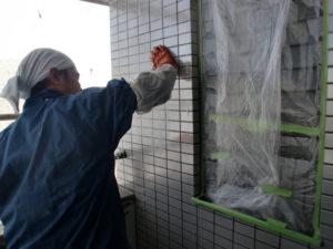 ラスタータイル用洗浄剤S2を塗布し、柔らかいスポンジで擦り洗い。