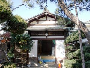 100年以上、風雪に耐えてきた木造建築玄関