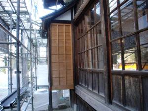建具等全て、日焼けとシミ・劣化して腐食防止の必要がある状態でした